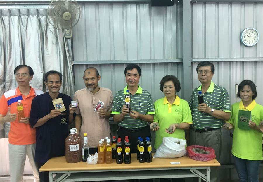 泰國菌種教父文龍(左二)、馬哈(左三)、嘉義市社區大學老師張山蔚推廣土著菌運用於自然農法。(廖素慧攝 )