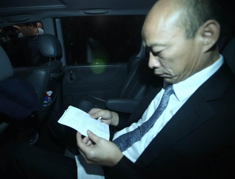 國民黨主席吳敦義30日與高雄市長韓國瑜在國民黨中央進行會談,韓國瑜在車內看著準備的小紙條 。(陳信翰攝)