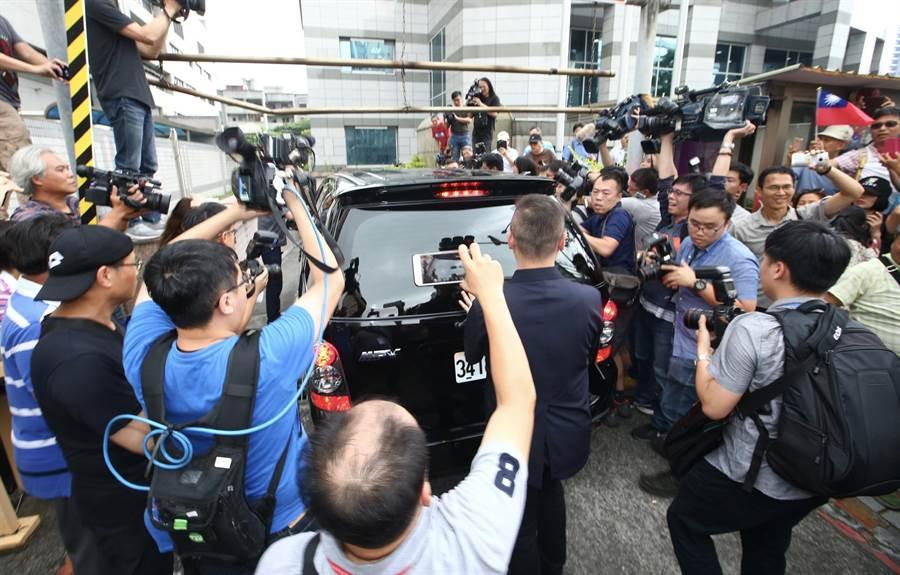 吳韓會登場,黨部外吸引大批媒體包圍。(陳信翰攝)
