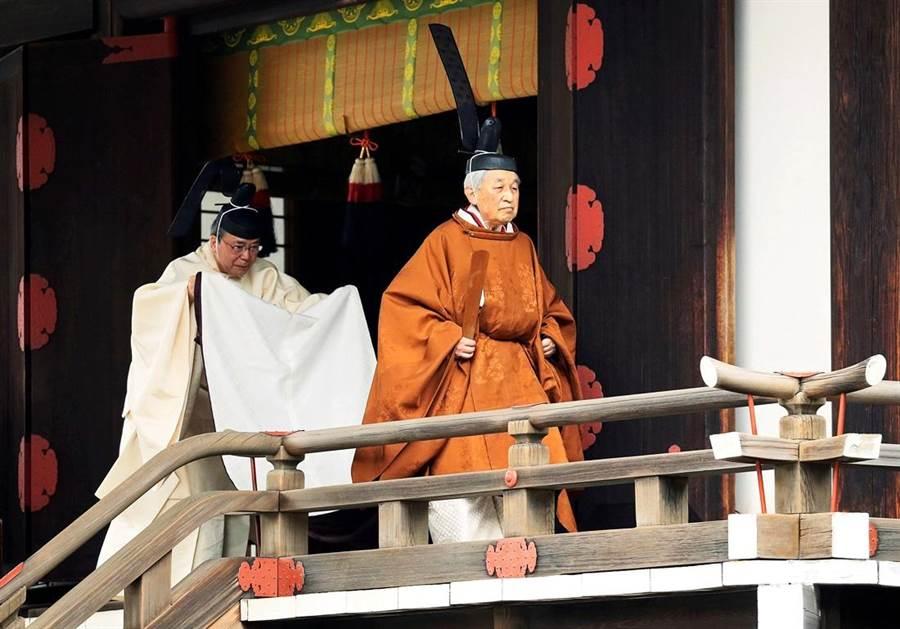 明仁天皇30日正式退位,上午先在皇居中的「宮中三殿」舉行退位儀式,東京時間下午5點(台灣時間下午4點)舉行「退位禮正殿儀式」,並對民眾發表最後談話。(圖/路透社)