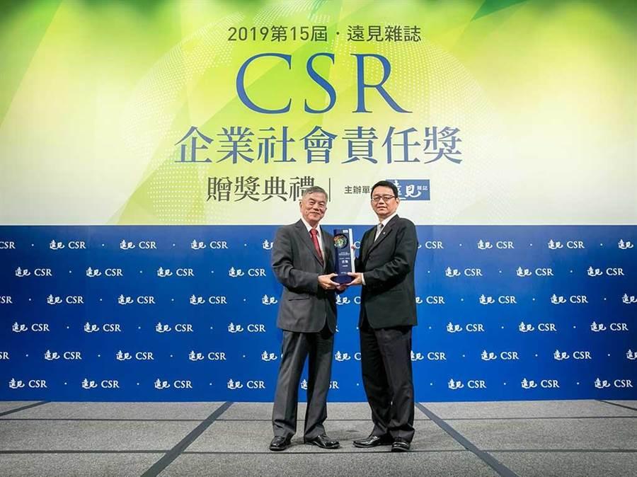 信義房屋劉元智總經理(右)從經濟部部長沈榮津(左)手中接獲獎項。(圖/信義房屋 提供)
