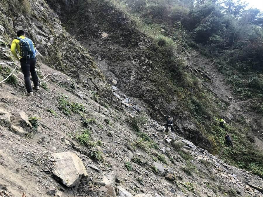 仁愛警分局員警克服崎嶇的地形,終於將張姓老翁的骨骸搬運回家。(圖/仁愛警分局提供)