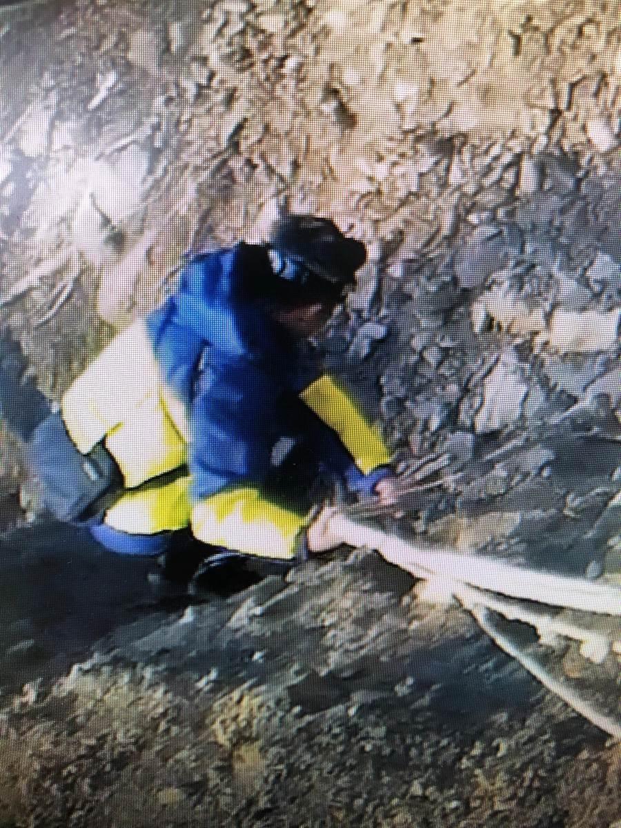 仁愛警分局員警終於將張姓老翁的骨骸搬運回家,沿途地形相當崎嶇。(圖/仁愛警分局提供)