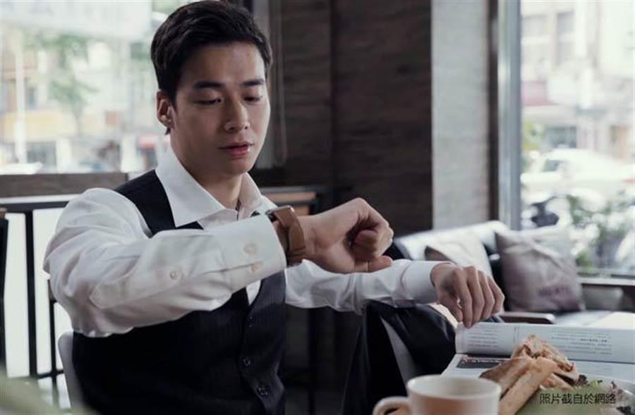 林敬倫詮釋永慶房屋彈性工作8小時的優質福利下,經紀人可以先吃完早餐再去上班。(圖片擷取自網路)