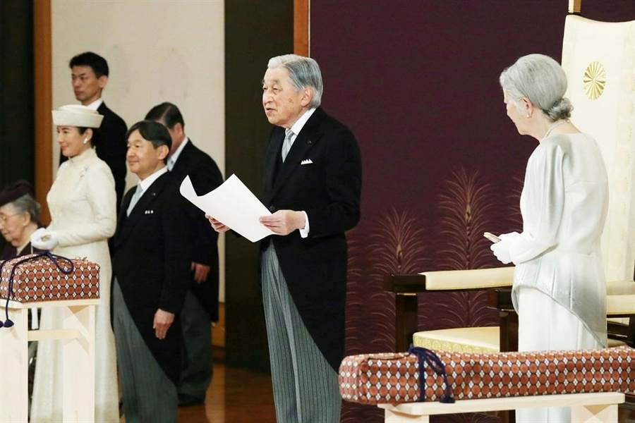 明仁天皇今天正式退位,東京時間下午5點(台灣時間下午4點)舉行「退位禮正殿儀式」,並對民眾發表最後談話。(圖/路透社)