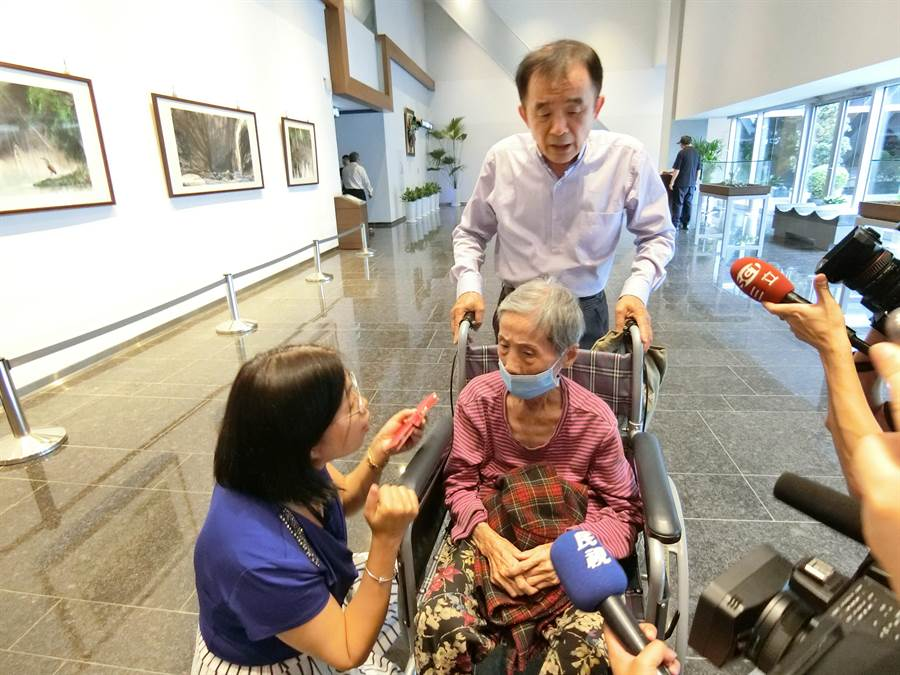 台中市議員段緯宇30日下午推著87歲黃姓阿嬤到市長室抗議。(盧金足攝)