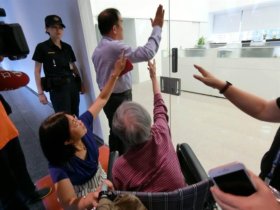 台中市議員段緯宇30日為社會局安置老人開罵螺絲鬆了,怒拍市長室玻璃門,阿嬤驚嚇的從輪椅起身拉著段的手,一直說「你這樣我會拍謝!」(盧金足攝)