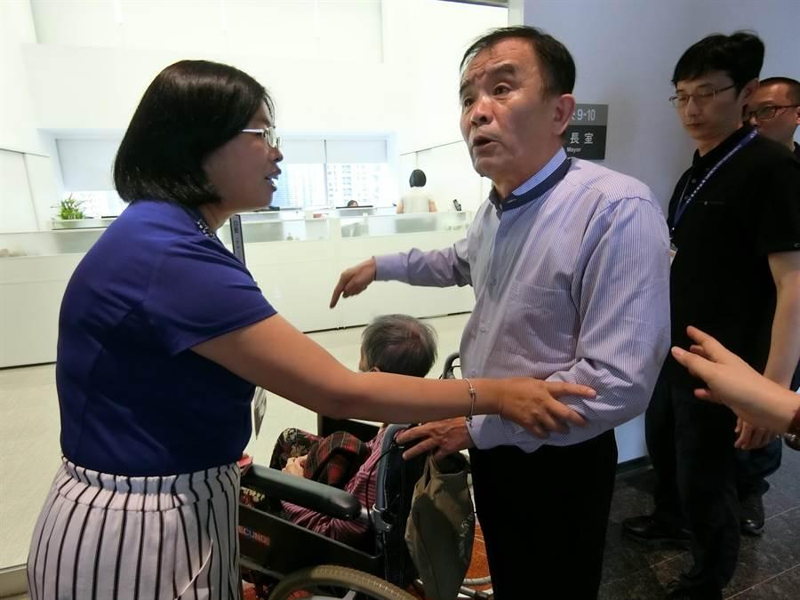 台中市議員段緯宇(右)說,老人家無處可去,社會局安置的作業慢半拍,難道要讓阿嬤去街頭流浪。(盧金足攝)