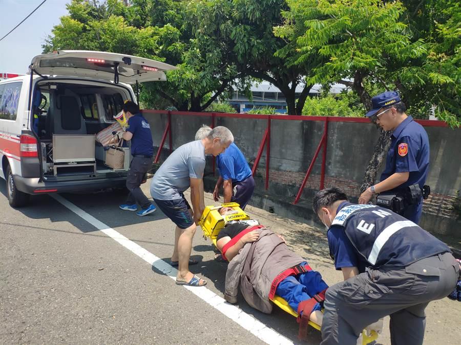 嘉義縣消防局救護車救助衝落水溝的婦人及男童送醫。(廖素慧攝)