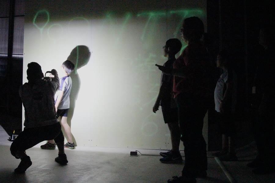 《2061宇宙掉了一顆牙》開幕活動邀請台中市立啟聰學校學童參與夜光牆藝術創作。(陳淑芬攝)
