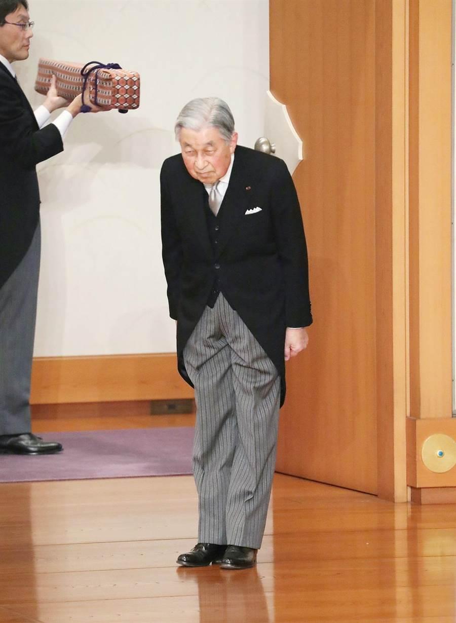 明仁天皇今天正式退位,東京時間下午5點(台灣時間下午4點)舉行「退位禮正殿儀式」後,他在現場向民眾鞠躬道別。(圖/路透社)