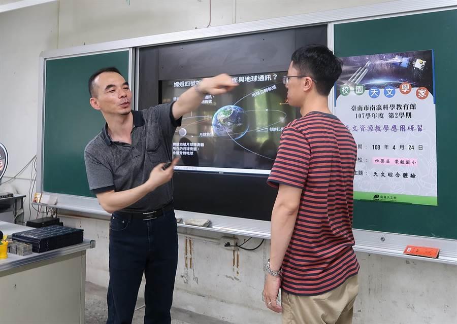 天文解說員邀請老師親身模擬月球繞行地球。(劉秀芬翻攝)