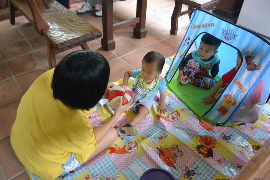 台語野餐透過遊戲與台語教學結合,孩子在自然且友善的環境中使用台語溝通。(巫靜婷攝)