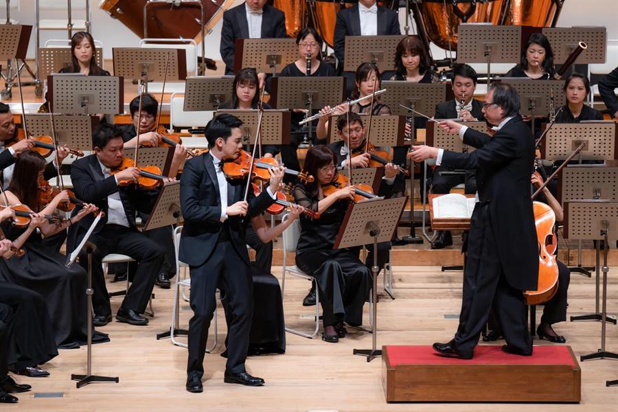 圖說  小提琴家林品任(左)與呂紹嘉指揮的NSO合作演出孟德爾頌《小提琴協奏曲》流暢動聽,深獲好評。(NSO提供)