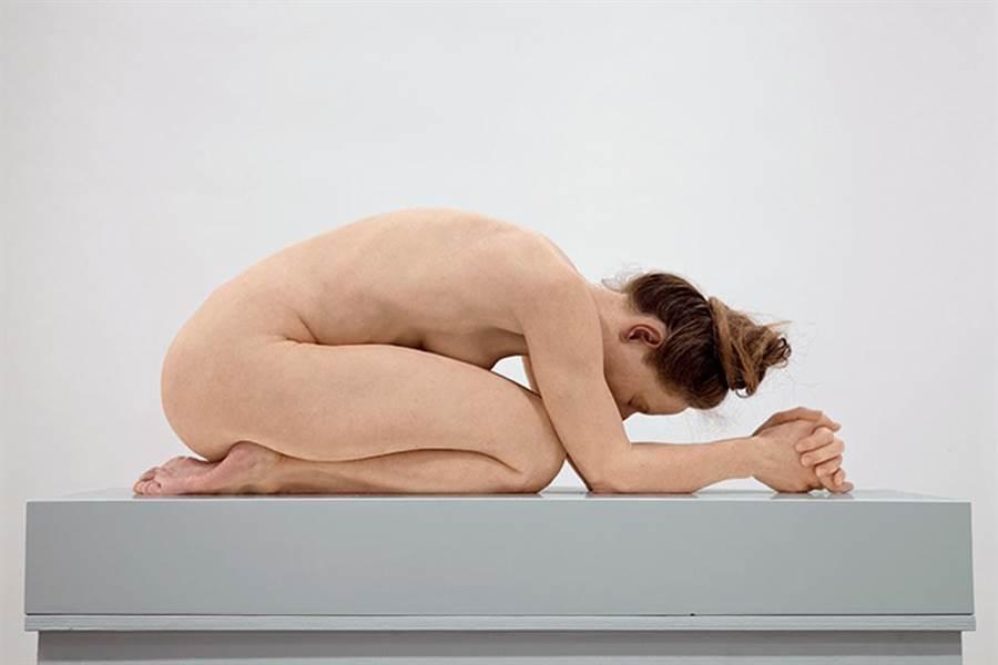 Sam Jinks的作品體現了重大的親密和脆弱時刻,並藉此令自身作品與古典時期裸體雕像的傳統產生連結。