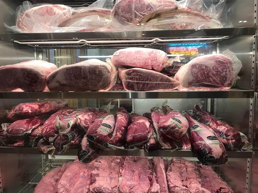 「鉄火牛排」新竹Big City巨城店將在5月1日開幕,特別嚴選了有2018世界牛排大賽金牌的紐西蘭草飼牛、北海道A4和牛、澳洲和牛、美國Choice特選級等原塊冷藏牛肉。(陳育賢攝)