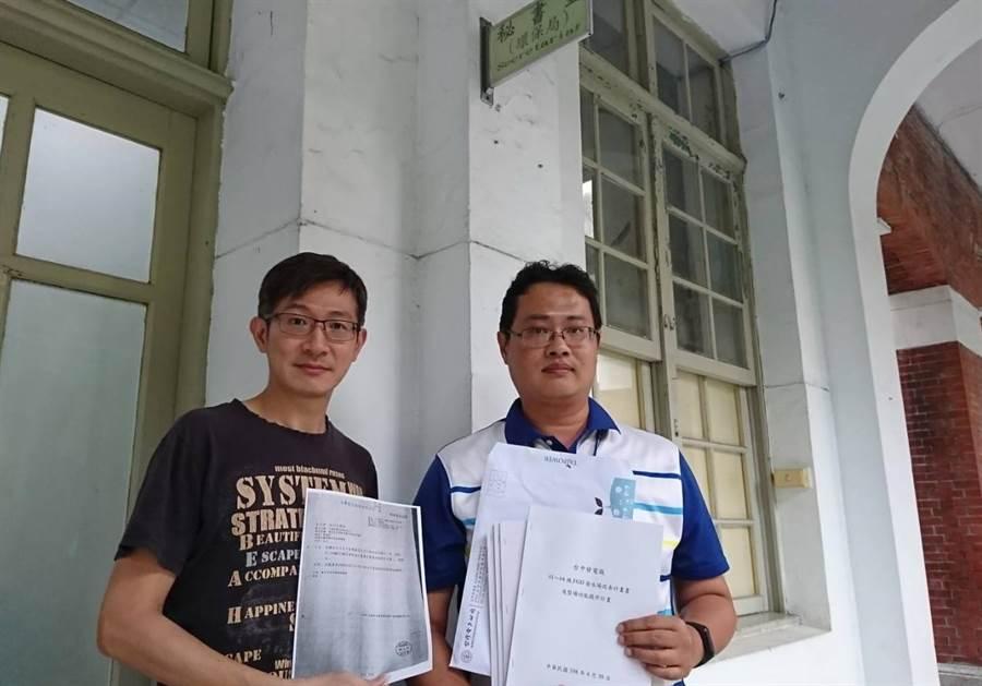 台中火力發電廠派出專人(左)趕在30日下班前,將改善計畫書送到環保局。(盧金足翻攝)