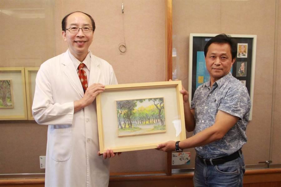 藝術家馬丁(右)贈畫作「欒樹」予苗栗醫院延續溫暖。(何冠嫻攝)