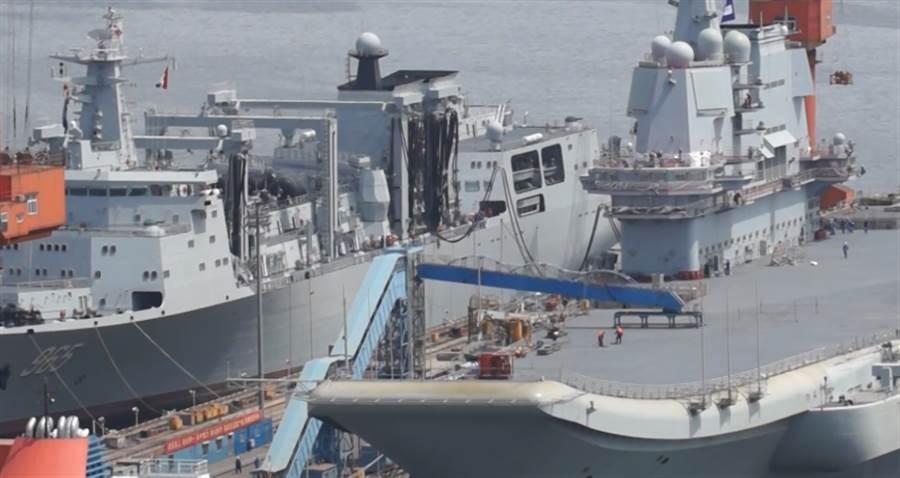 有超級奶媽之稱的綜合補給艦「呼倫湖」號與002艦在大連造船廠進行模擬補給。(大公文匯網視頻截圖)
