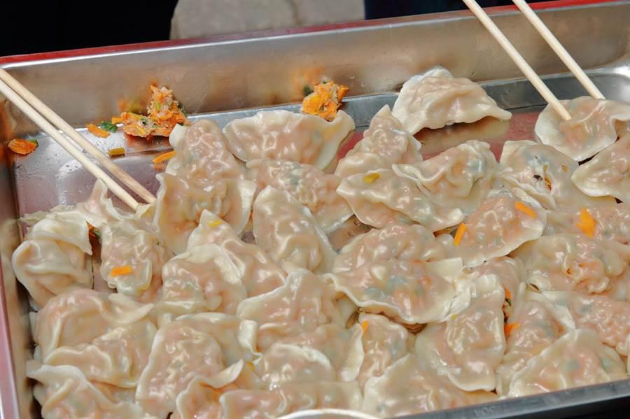 金针花水饺,由彰化县创意产业协会志工精心制作,皮薄馅多,还透出点点金黄色泽。