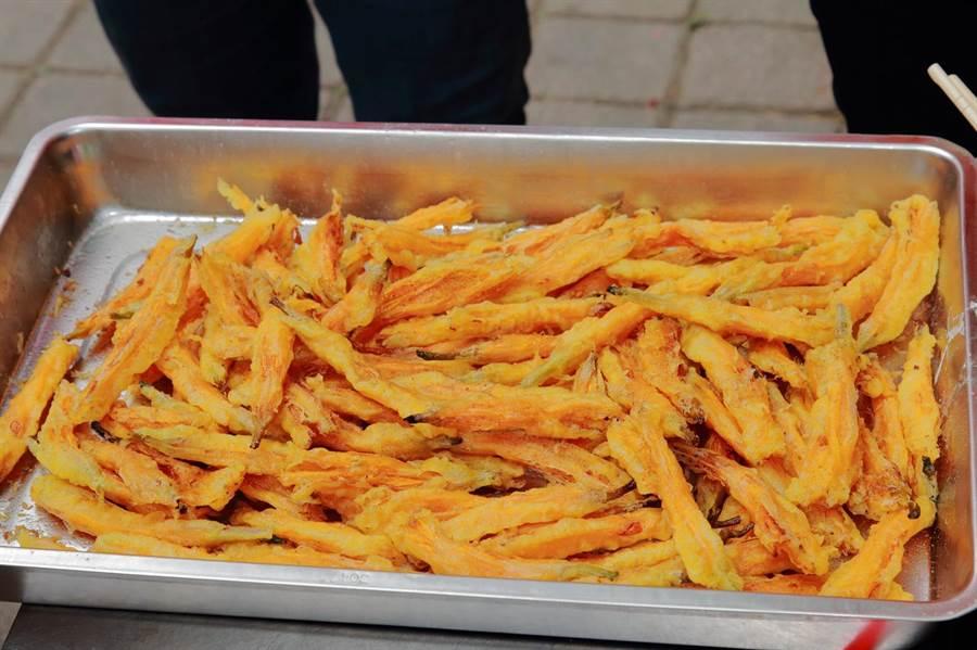 酥炸过的金针花,色泽依然澄黄诱人,吃来带有清甜与花香,美味又可口。