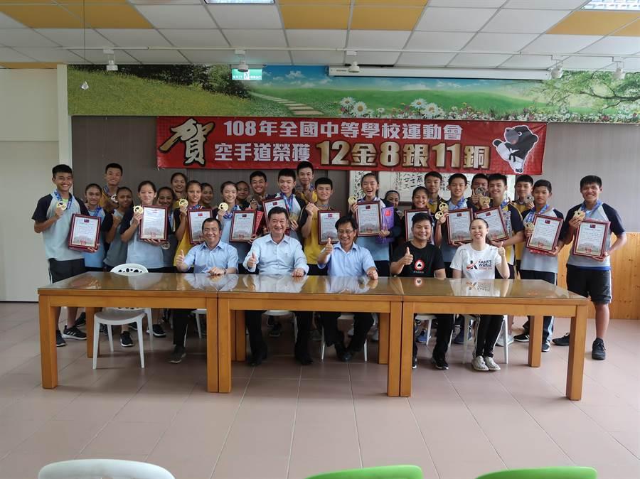 旭光高中在全國中等學校運動會空手道榮獲12金8銀11銅佳績。(圖/旭光高中提供)