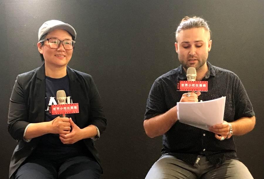 林聰明沙鍋魚頭第三代林佳慧(左)由美籍教師瑞德(右)協助翻譯 ,完成拍攝影片。(廖素慧攝)