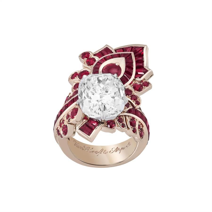 梵克雅寶Feuille de rubis戒指,紅寶石採隱密式鑲嵌,完全看不到鑲爪,主石為逾9克拉的鑽石。(Van Cleef & Arpels提供)