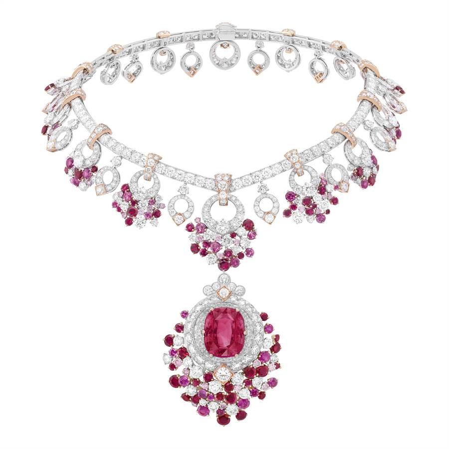 梵克雅寶Jardin de rubis項鍊,鍊墜可拆成胸針。(Van Cleef & Arpels提供)