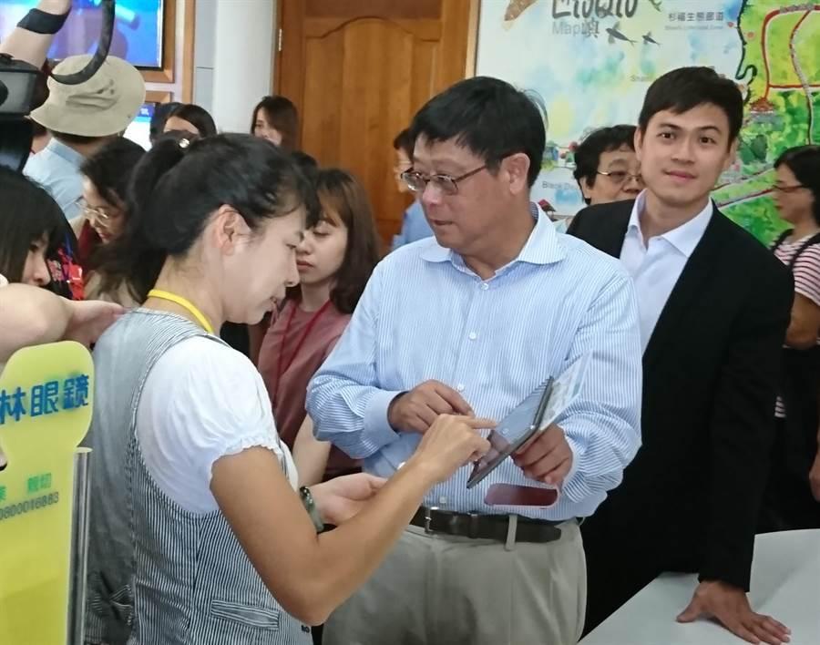 環保署長張子敬(中)示範借「琉行杯」程序,右為琉球鄉長陳國在。(廖德修攝)