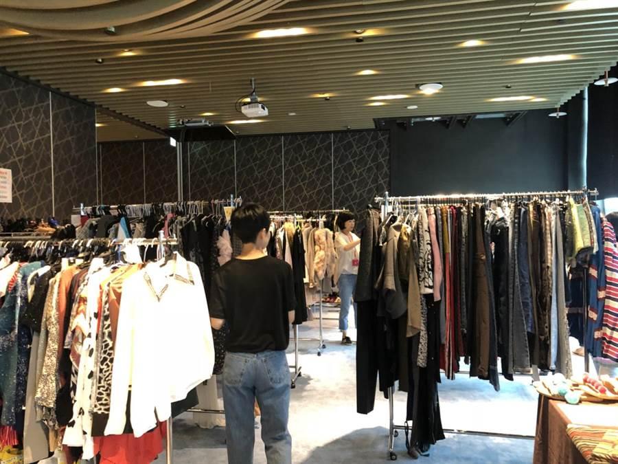 台北101與AWA奇妙愛學苑攜手舉辦二手義賣,集合超過萬件明星藝人國際精品。(台北101提供)