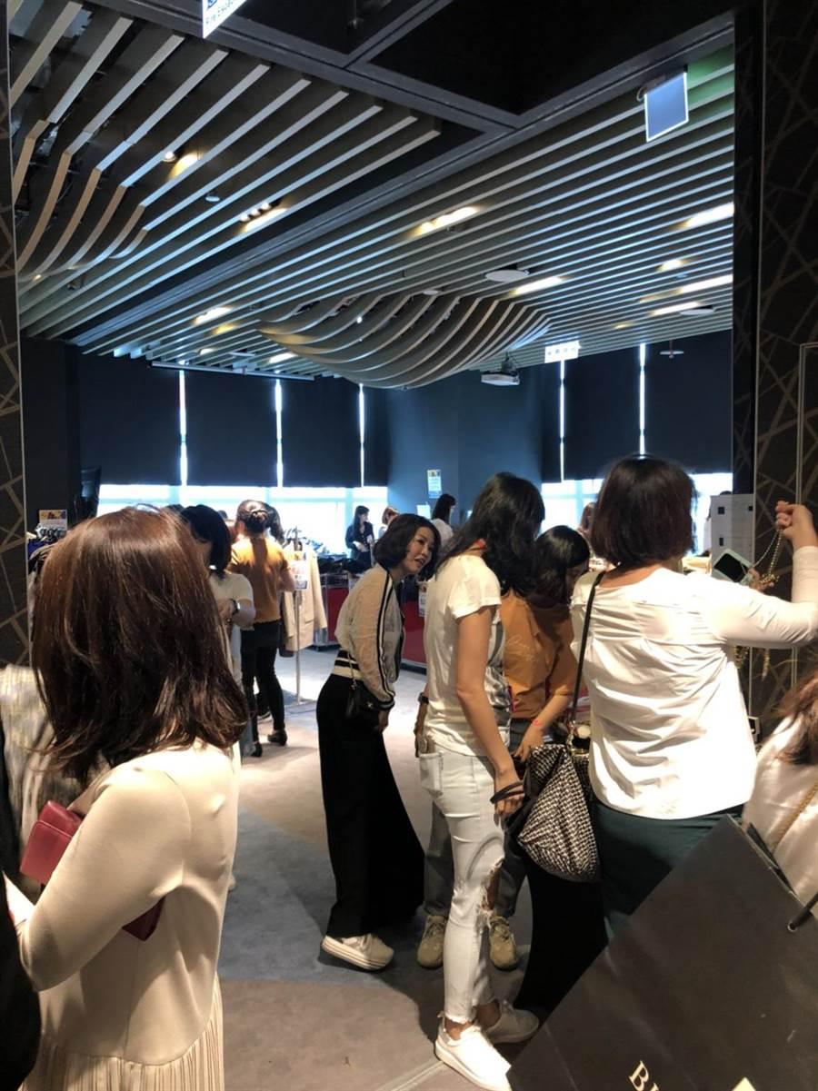 台北101與AWA奇妙愛學苑攜手舉辦二手義賣今起跑,有不少消費者到場。(台北101提供)