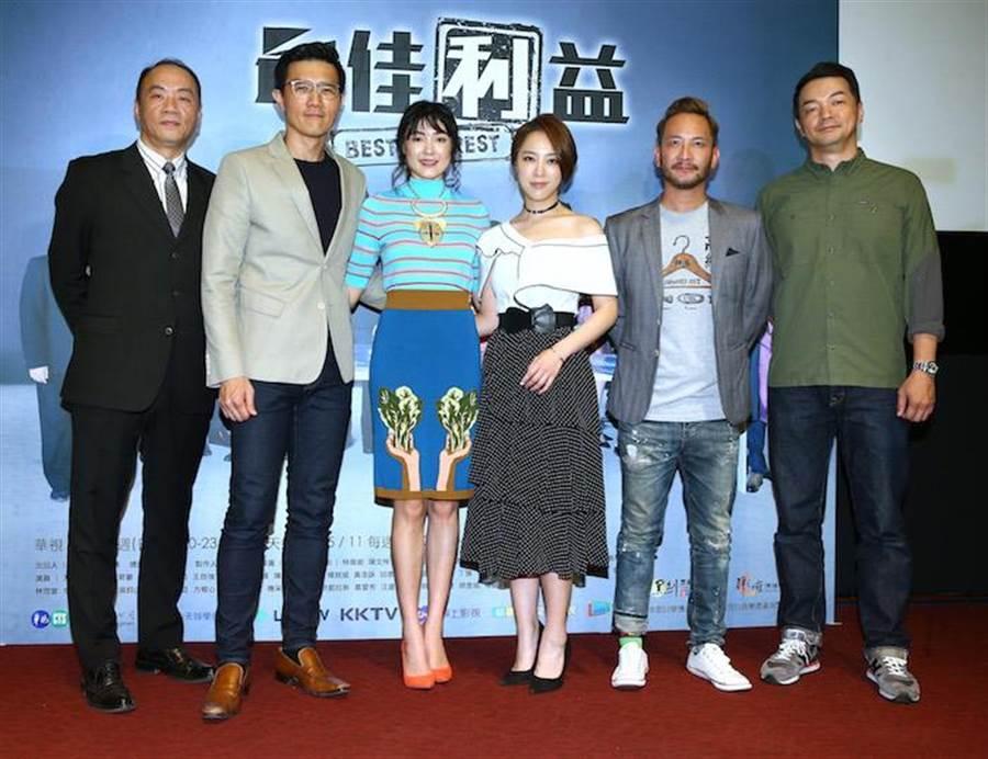 王自強(左起)、蔣偉文、曾珮瑜、勇兔、高山峰、邱彥翔出席首映記者會。(粘耿豪攝)