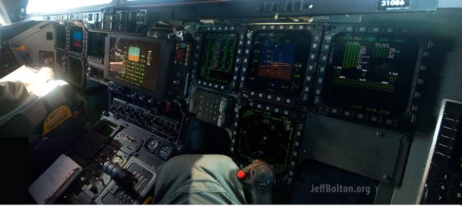B-2匿蹤轟炸機座艙首次公開,有著大量的多功能顯示器。(圖/jeffbolton)
