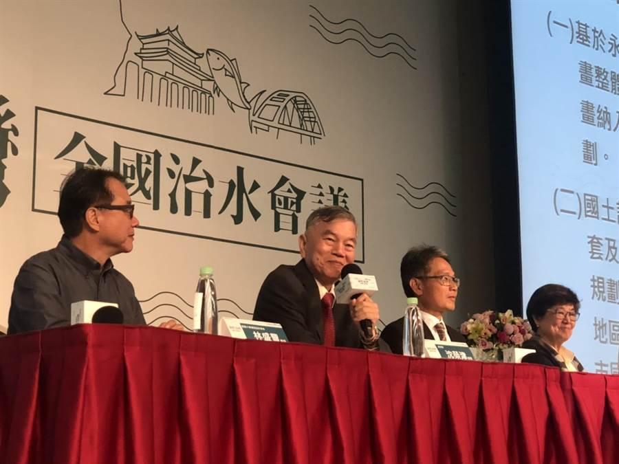 全國治水會議今天在台北召開,經濟部部長沈榮津(左二)親自主持結論會議,表示會將結共識納入短中長期具體方案。(圖:王玉樹攝)