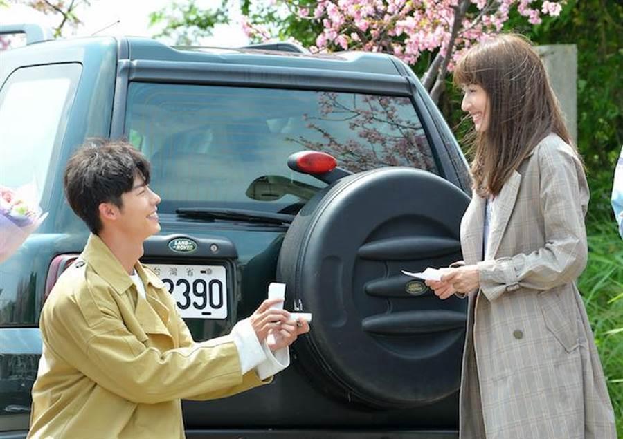 許光漢與柯佳嬿拍求婚戲。(福斯提供)