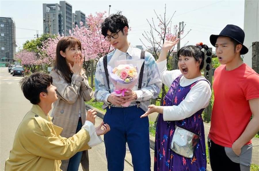 許光漢、柯佳嬿拍攝求婚戲,也是章廣辰(中)的殺青日,右起為大飛、大文。(福斯提供)