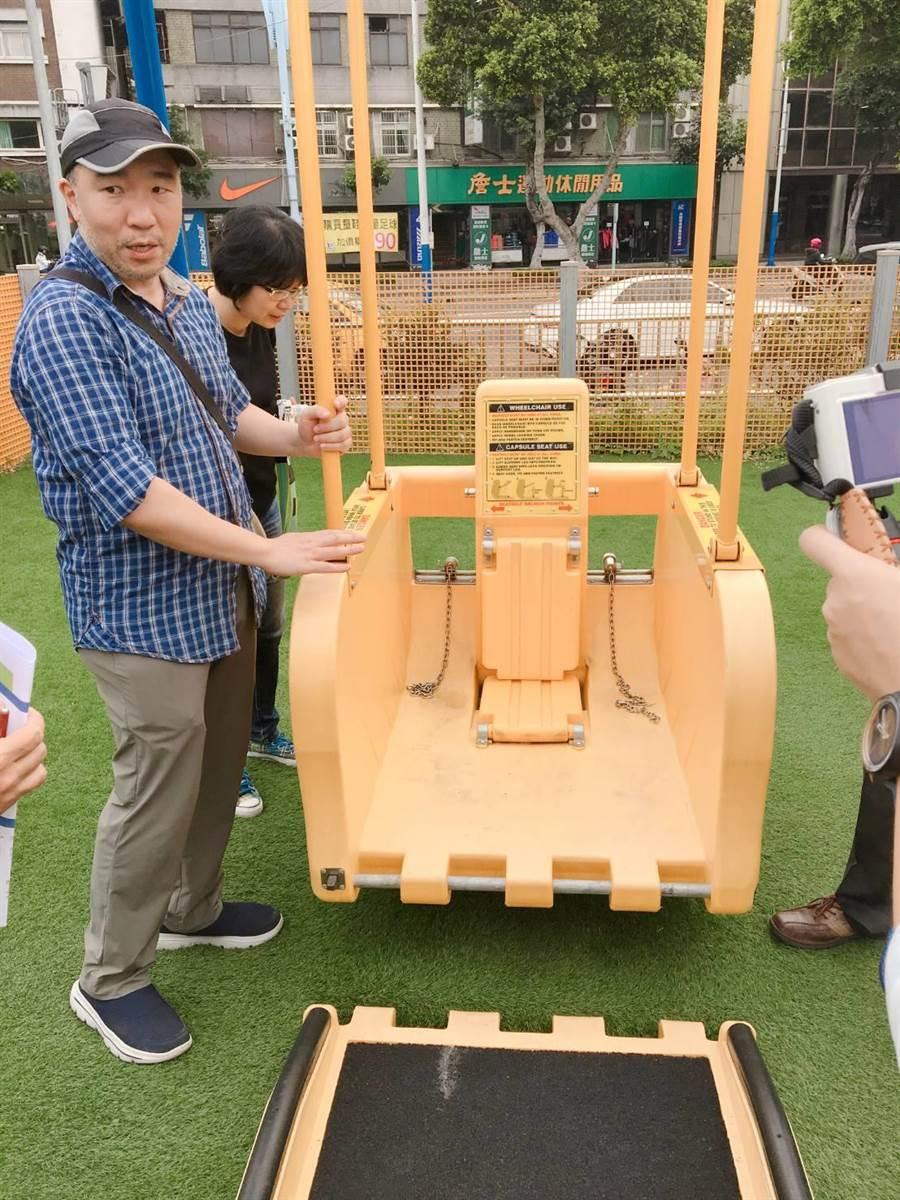 台中市推動友善共融公園,部分公園特別導入無障礙「輪椅盪鞦韆」。(陳淑娥翻攝)