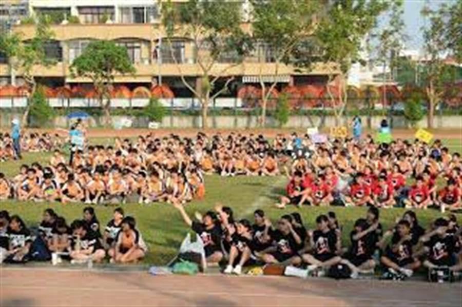 全校師生在10周年校慶上喜迎校歌。(神圳國中提供)