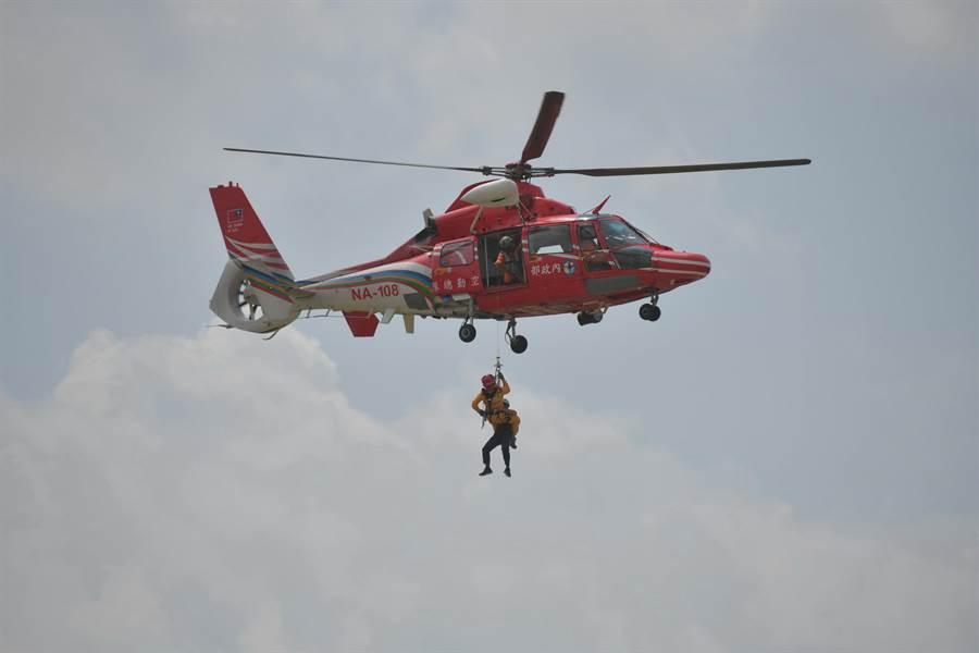 南投土石流防災演練,直升機吊掛救援。(廖志晃攝)