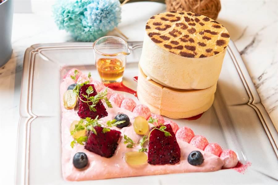 Engolili的綜合水果口味「英式豹紋厚鬆餅」夢幻吸睛。( Engolili提供)