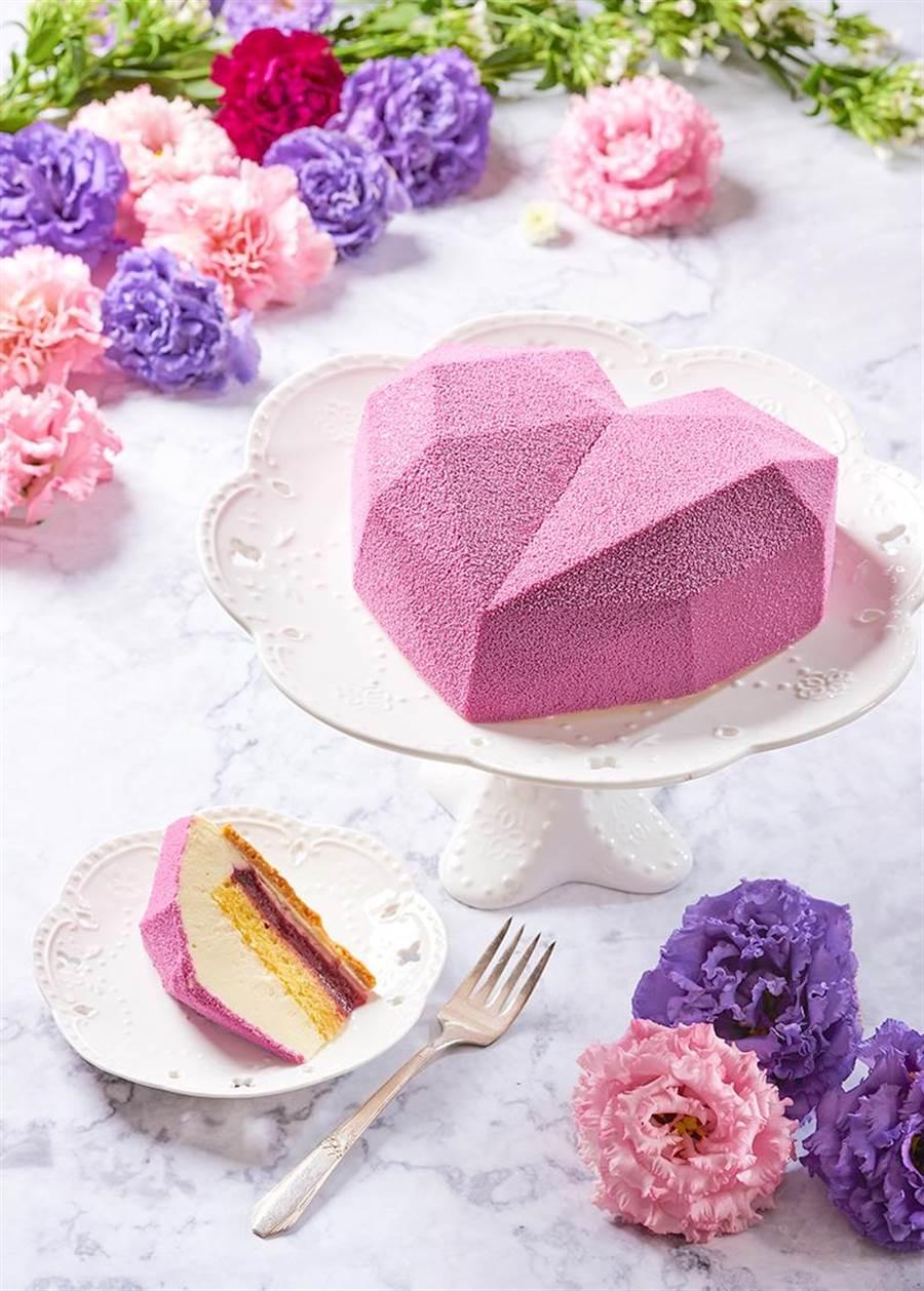 今年貳樓餐廳推出外型特別的母親節限定蛋糕 「珍愛媽媽女王」。(貳樓餐廳提供)
