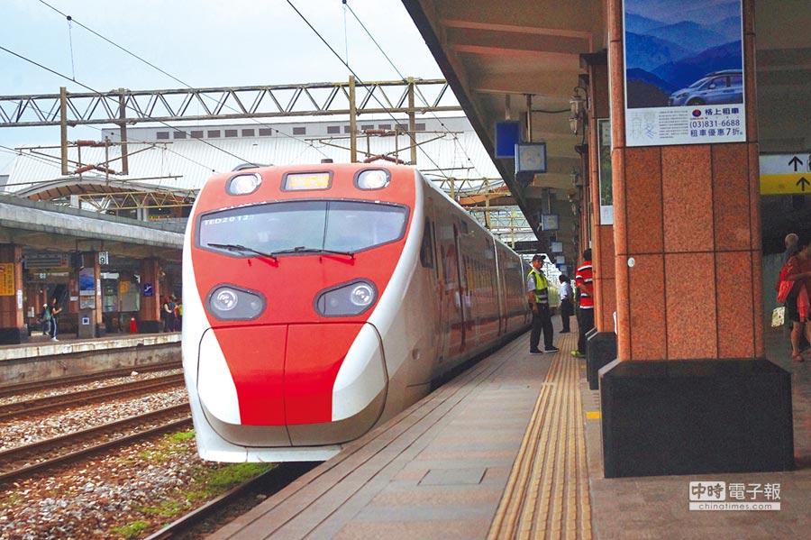 花東車票一票難求,5月2日起普悠瑪、太魯閣號各列次發售120張站票,盼紓解東部乘車旅客需求。(許家寧攝)