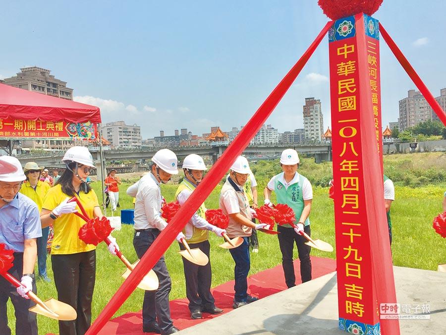 水利署舉辦「三峽河長福橋段環境改善工程」動工典禮,將針對河床乾涸部分改善,打造兩岸親水步道。(許哲瑗攝)