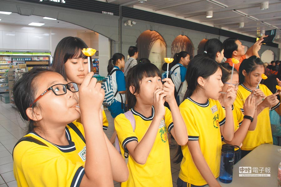 台灣科普環島列車29日停靠竹南車站,苗栗縣學子體驗科學遊戲,了解科學原理。(巫靜婷攝)