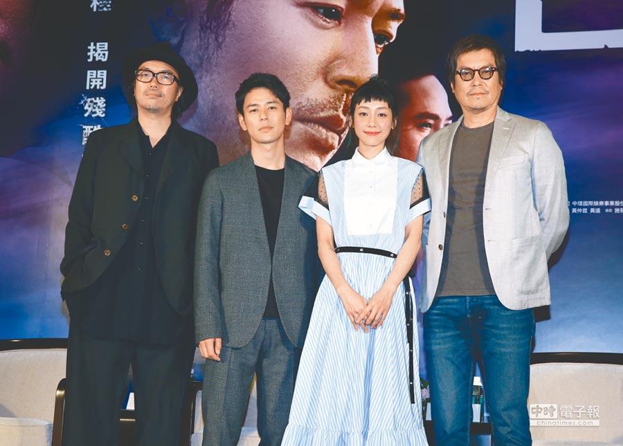 導演半野喜弘(左起)、妻夫木聰、謝欣穎和豐川悅司昨共同號召影迷進戲院力挺《亡命之途》。(粘耿豪攝)