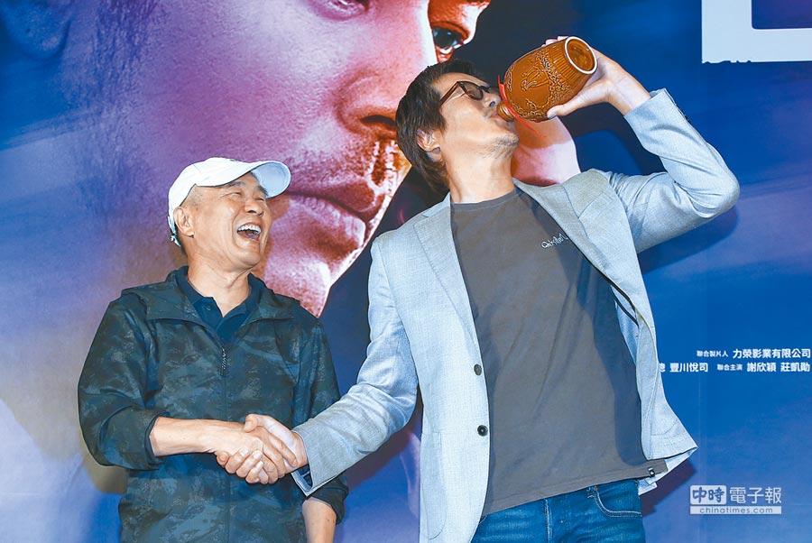侯孝賢(左)昨送上紹興酒,豐川搞笑作勢要一飲而盡。(粘耿豪攝)