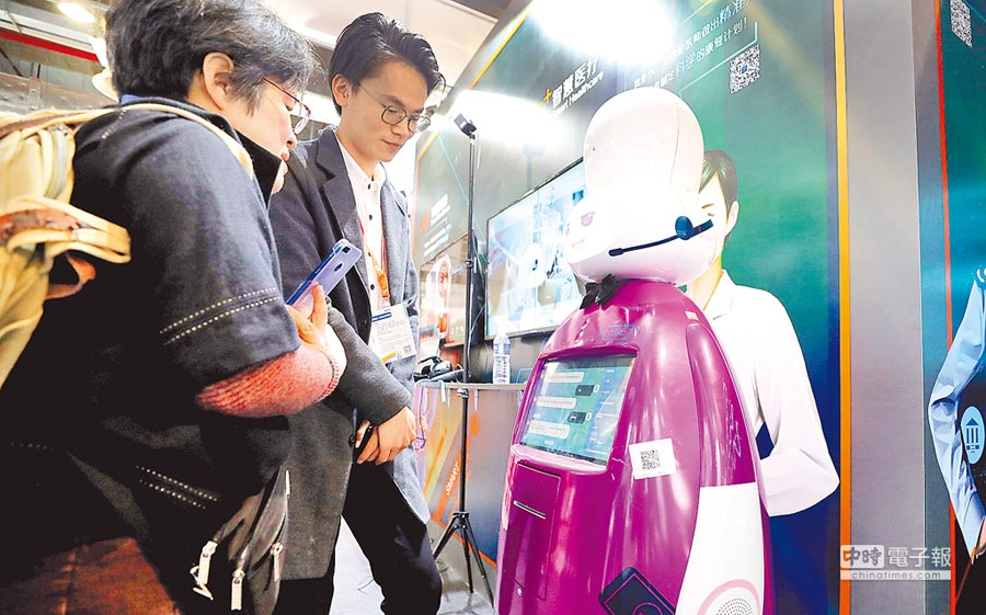 4月18日,參觀者在上海國際技術進出口交易會體驗智慧診療輔助機器人。(新華社)
