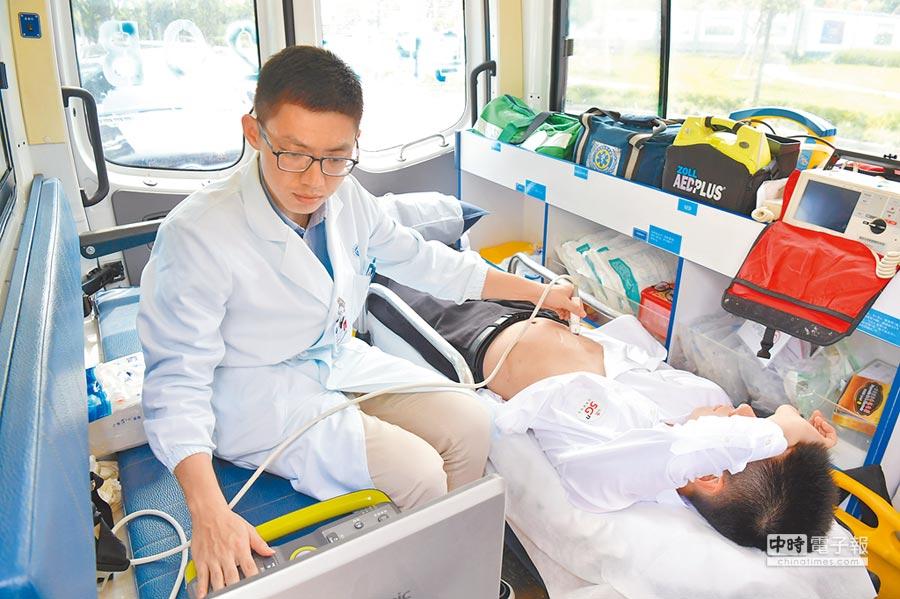 4月25日,深圳前海救護車上的患者接受5G遠程醫療服務。(中新社)