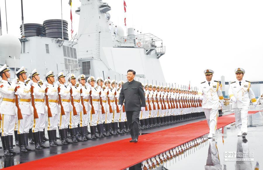 4月23日,大陸國家主席習近平出席慶祝解放軍海軍成立70周年海上閱兵活動。(新華社)